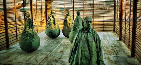 Installation de l'artiste espagnol Juan Muñoz, sur la plage de Barcelone.