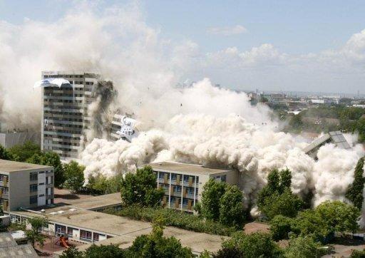 Dynamitage des barres d'immeuble Ravel et Presov de la cité des 4000 à La Courneuve en région parisienne le 23 juin 2004