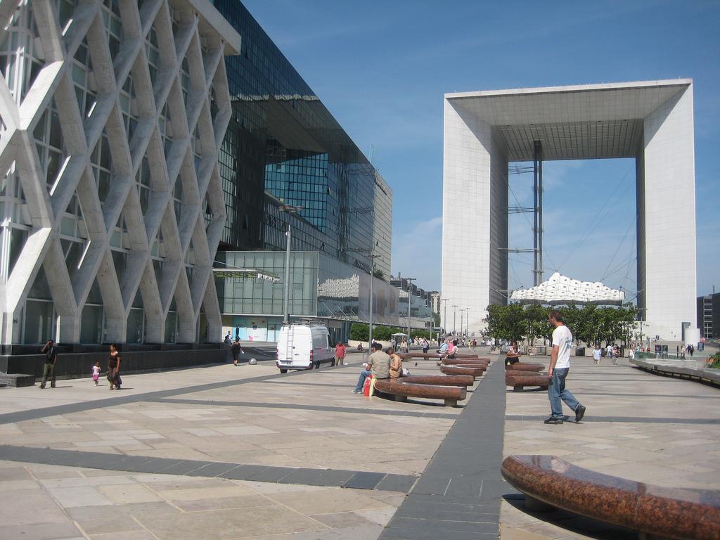 Du mobilier urbain, sur le parvis de La Défense - Paris