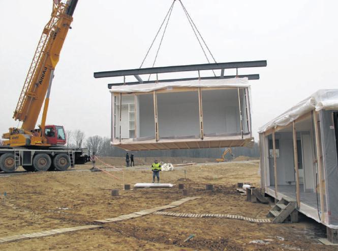 Les modules prémontés de la première maison du lotissement ont atterri. Il restera ensuite à poser le toit et à raccorder l'habitation aux réseaux.