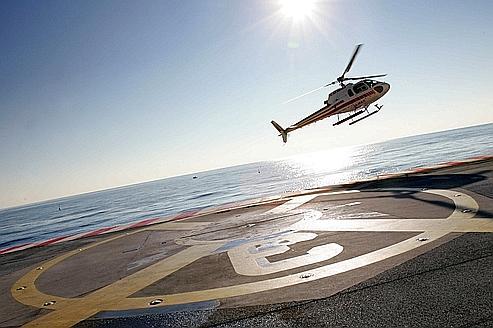 Un hélicoptére civil, qui décolle de l'héliport de Nice