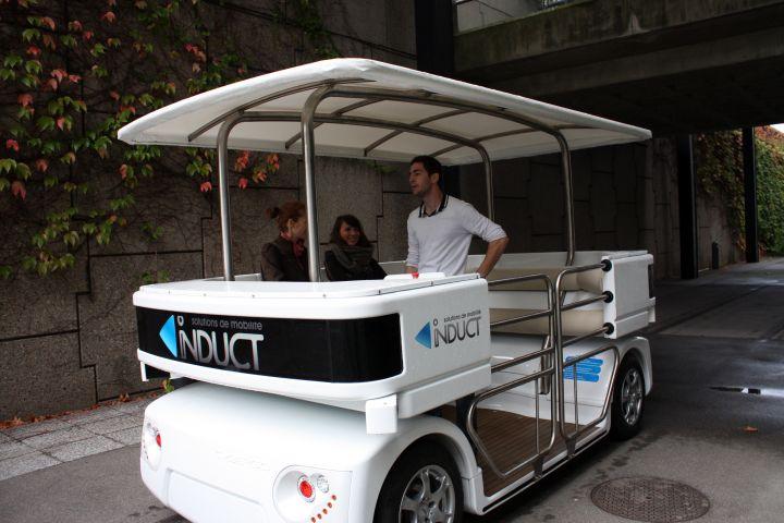 Cybergo peut transporter huit personnes et rouler jusqu'à 20 km/h.