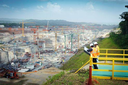 Vue sur l'immense chantier de Gatún, future entrée des post-panamax côté Atlantique. Des forêts de grues et une armada de bétonnières préparent les bassins et l'installation des portes.