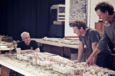 L'architecte Frank Gehry (à gauche) montre les plans du nouveau campus de Facebook à Mark Zuckerberg (à droite, les mains sur la table).