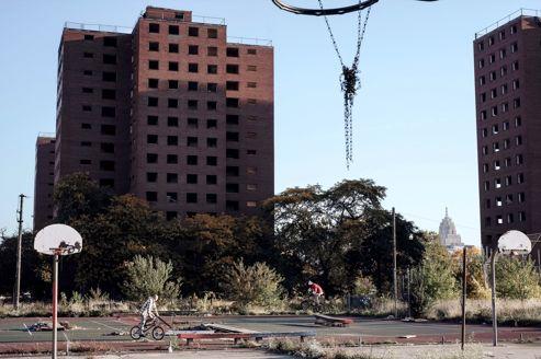 Derrière les terrains de basket, dont le délabrement ne rebute pas les jeunes du voisinage, les HLM où Diana Ross a grandi se sont totalement vidées, en dépit de la proximité du centre-ville.