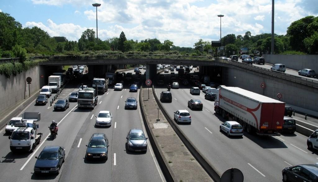 Vue du périphérique parisien. Du point de vue du coût, la voiture n'est avantageuse que sur les longues distances, de préférence en covoiturage.