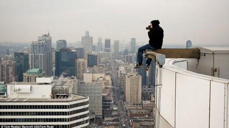 Tom Ryaboi en plein shooting en haut d'une tour