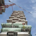 Instalation des premiers arbres sur la structure du Bosco Verticale.