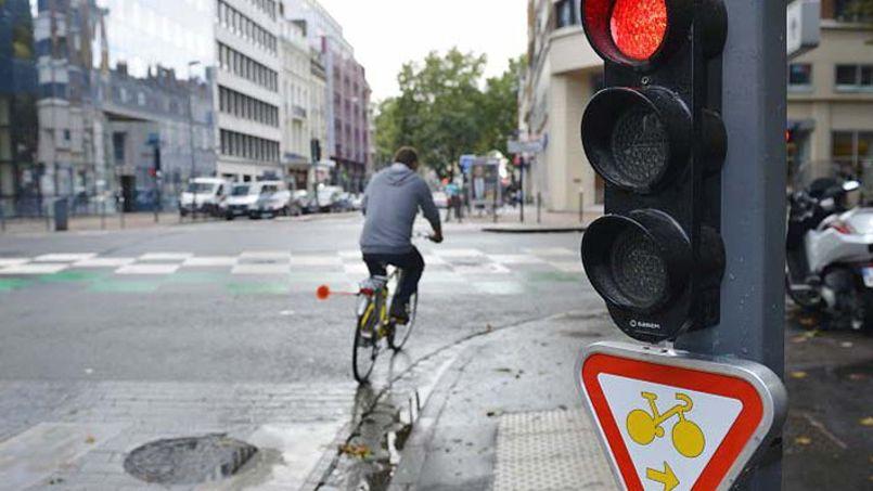 lille les cyclistes peuvent d sormais passer au feu rouge urbanews. Black Bedroom Furniture Sets. Home Design Ideas