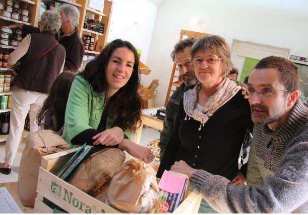 """Dans l'épicerie 'Epice et Tout"""" du village autour du pain du boulanger local"""