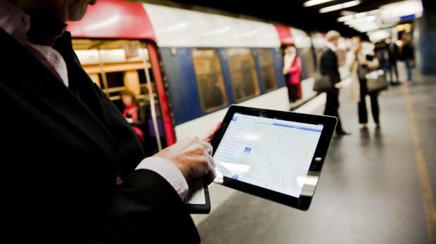 Bientôt, il sera possible de lire ses mails dans le RER A... (Crédit photo MAPPP via FranceTVinfo)