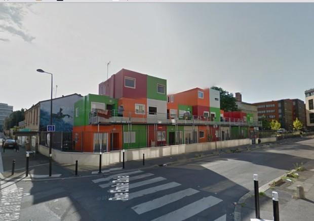 Le logement modulaire de Montreuil accueille les populations Roms issues de squats. C'est une première étape d'accès au logement et à l'insertion avant une mobilité résidentielle plus intéressante. Les modules se superposent avec une allée de circulation commune.