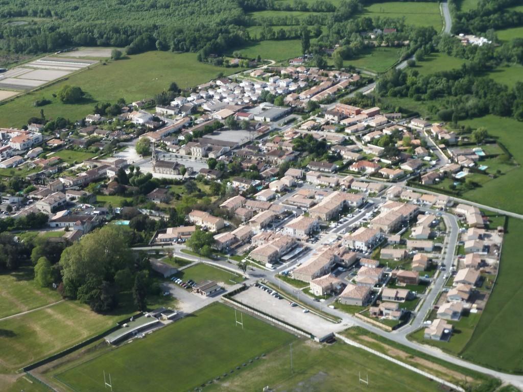 Le rêve de 87% des habitants en France... Vue aérienne de la commune de Cadaujac en Gironde, qui s'est engagée dans une démarche BIMBY en 2013 (crédit photo : Denis Caraire)