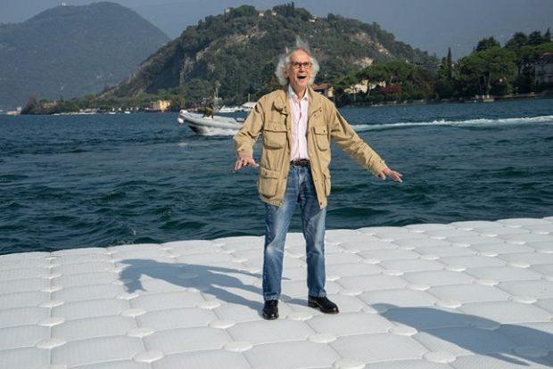 Christo teste les sensations d'ondulation de son œuvre en cours de réalisation / © Christo et Jeanne-Claude