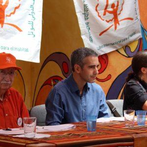 Assemblée générale de Habitat International Coalition (HIC), Enrique Ortiz (président d'honneur), Alvaro Puertas (Secrétaire général) et Lorena Zarate (Présidente)