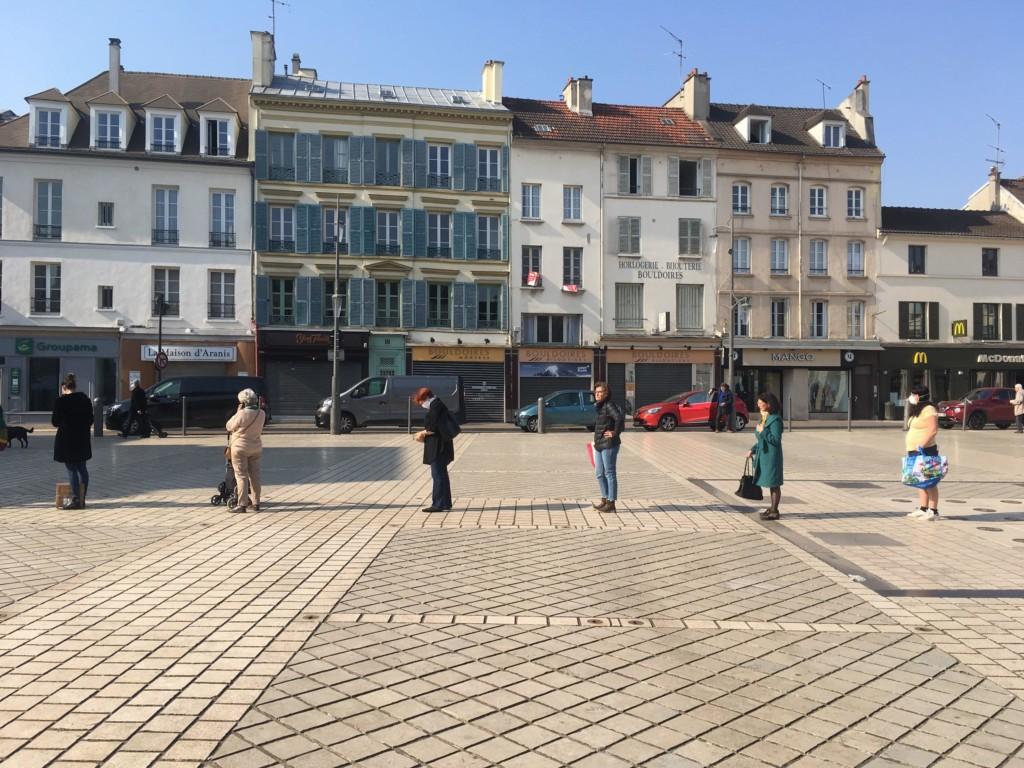 Un nouveau rapport à l'autre. Ici une file d'attente sur la place du marché devant la Poste de Saint-Germain-en-Laye. (photo : Q. Lefèvre)