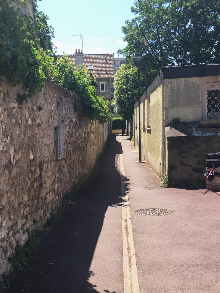 Un des accès à la place via un long passage étroit. (photos : Quentin Lefèvre